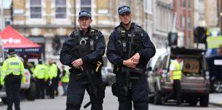 полиция, мъж се вряза в хора