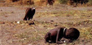 Това е една от най-зловещите снимки в историята. Дело е на южноафриканския фоторепортер Кевин Картър и е направена през 1993 г. в Судан. Годината е много те