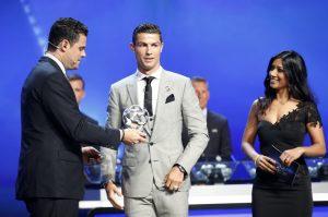 Кристиано Роналдо с наградата нападател №1 в Европа
