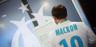 Френският президент Еманюел Макрон изненада играчите на футболния клуб Олимпик Марсилия, като се появи в тренировъчната им база и дори тренира с тях. Държав