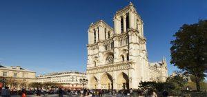 Най-известната катедрала в Париж – Нотр Дам, се руши. Затова архиепископът на френската столица Андре Фино набира 100 млн. евро за реставрацията ѝ. Изгражда