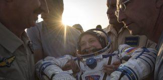 """Трима астронавти, включително първата жена командир на Международната космическа станция, кацнаха безопасно в Казахстан, съобщава """"Скай Нюз"""". Пеги Уитсън ве"""