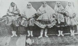 на снимката: наложниците на иранския владетел с балетни пачки