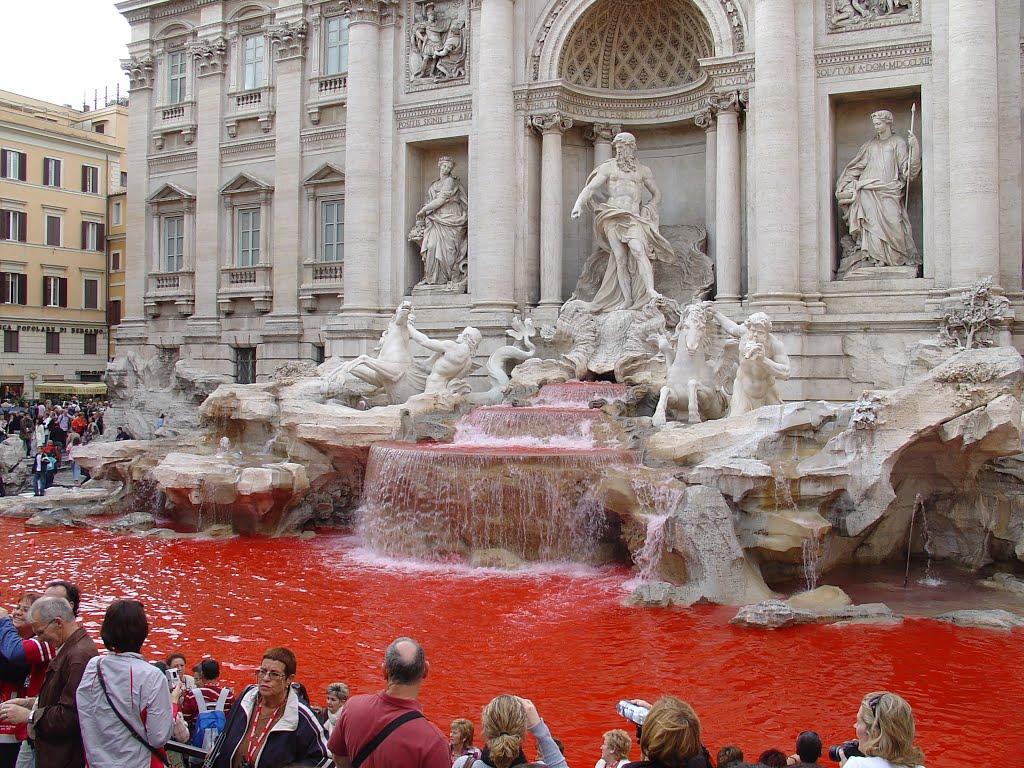 Фонтанът Треви стана червен