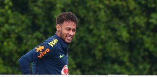 Снимка от тренировката на бразилския национален тим по футбол в английската столица Лондон притесни сериозно феновете в страната. Голямата звезда Неймар получи медицинска помощ п