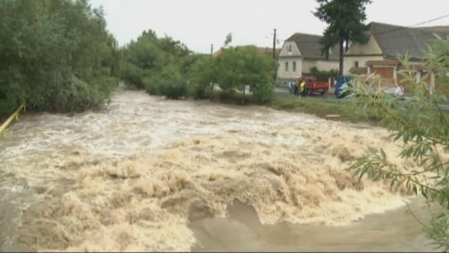 Двама души са се удавили през последните 24 часа в Североизточна Румъния, където проливни дъждове предизвикаха наводнения, пр