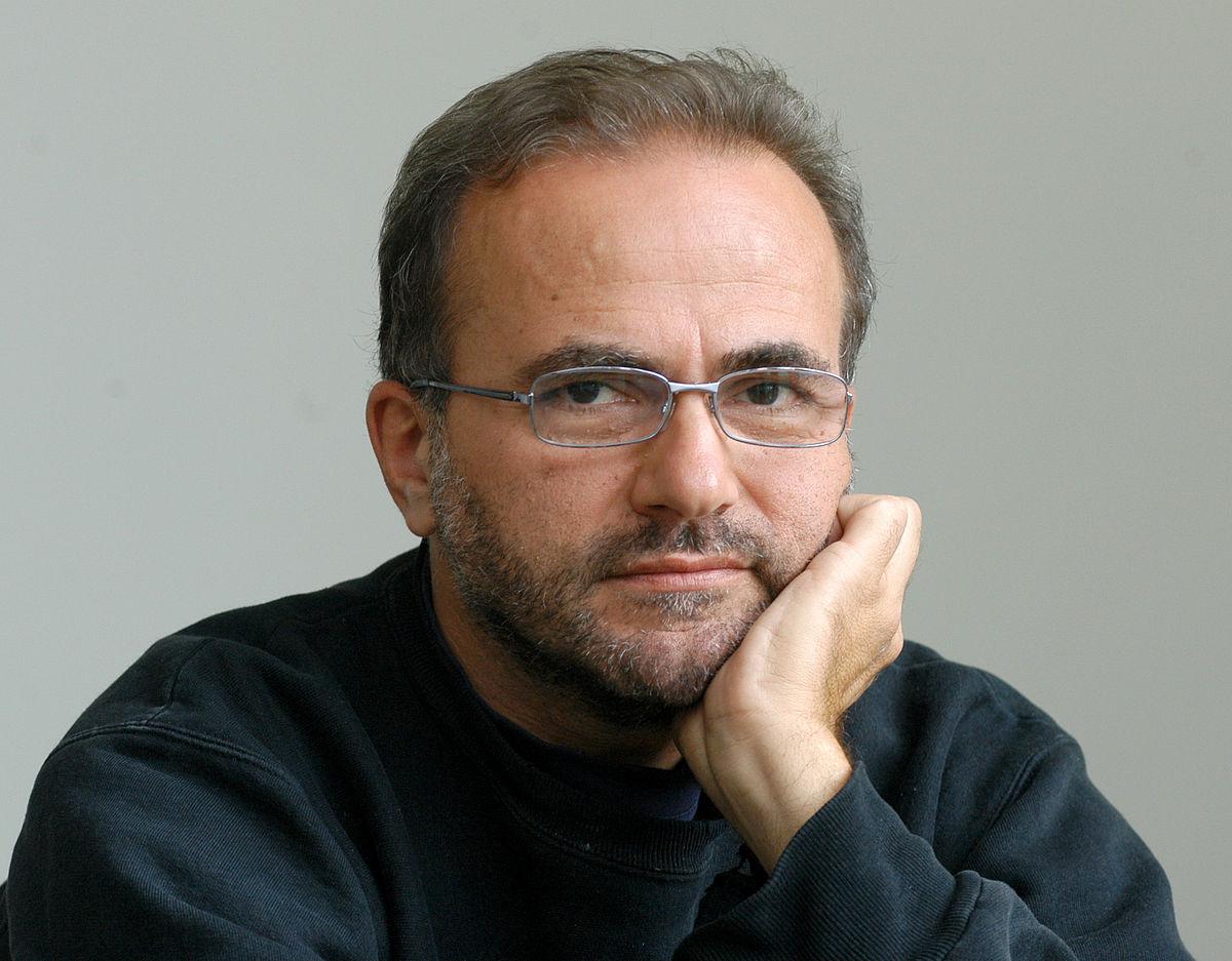 на снимката: Поетът, писател и преводач Владимир Левчев