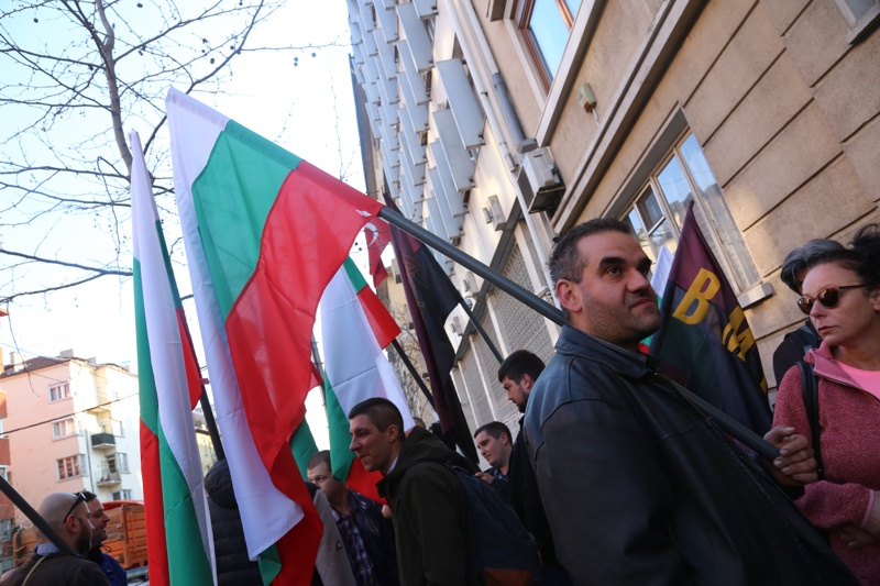 патриотите, протестират