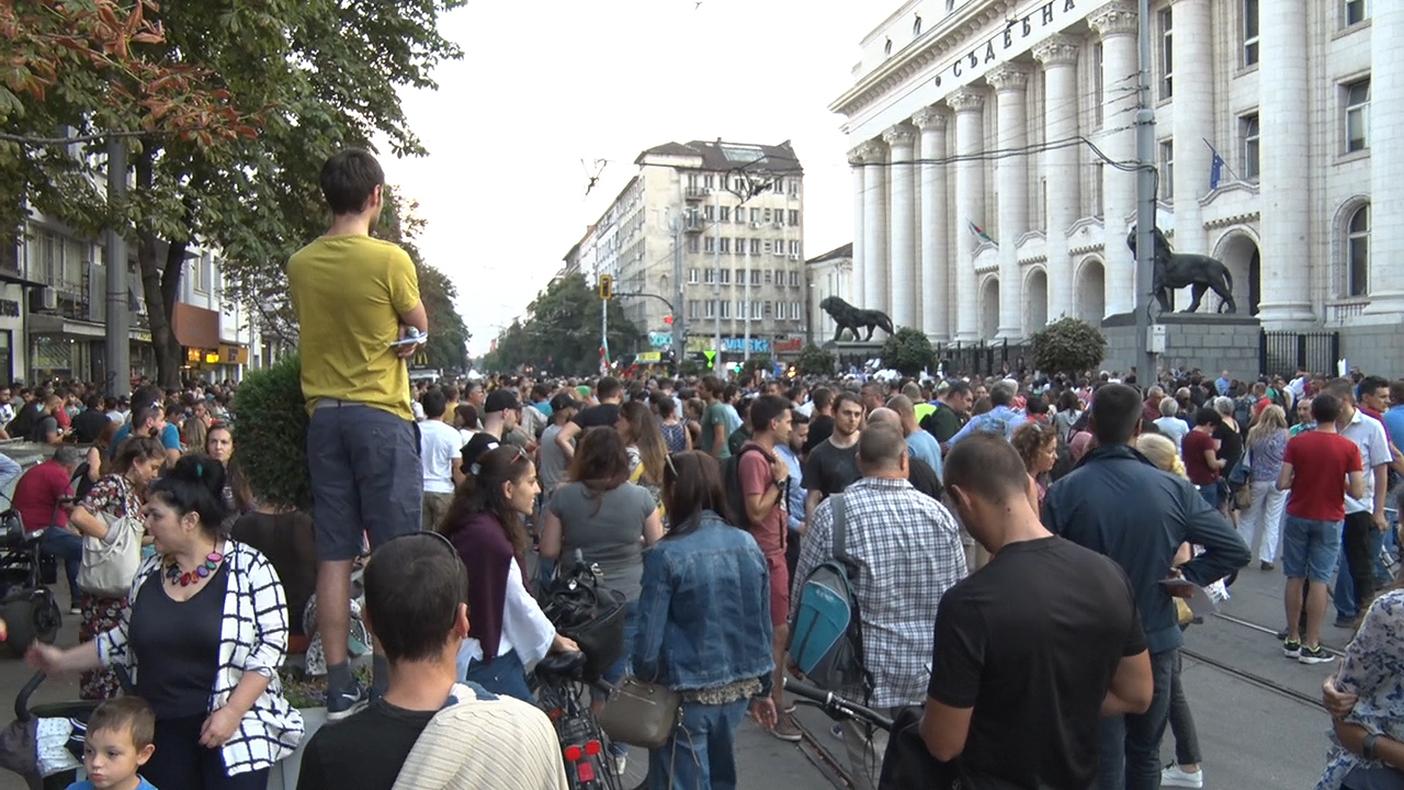 Хиляди излязоха на протест срещу Гешев