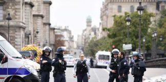 Мъж с нож е убил четирима полицаи в Париж