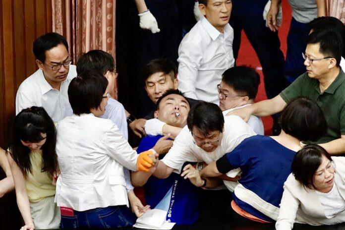 Бой в тайванския парламент