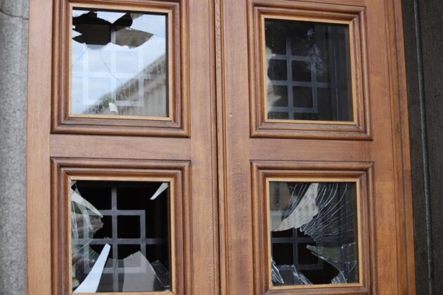 протестиращи счупиха стъклата на вратата на бившия Партиен дом