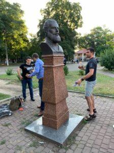 Ботев, паметник