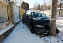 Кола се удари в стълб