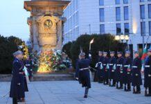 Гвардейци поднесоха венци пред паметника на Апостола