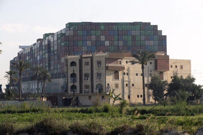 Продължава кризата в Суецкия канал