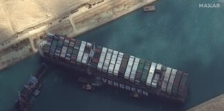 Трафикът в Суецкия канал е блокиран