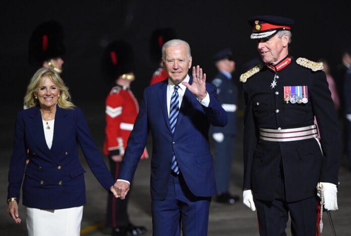 Президентът на САЩ Джо Байдън и първата дама Джил Байдън, придружени от лорд-подполковник Едуард Томас Болито, когато пристигат на летището в Корнуол Великобритания