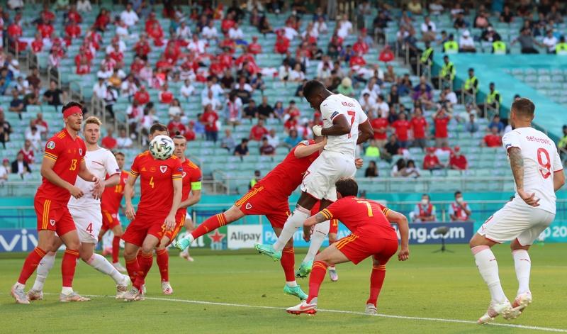 Швейцарецът Бреел Емболо отбелязва преднината с 1: 0 по време на футболен мач от предварителния кръг на ЕВРО 2020 между Уелс и Швейцария в Баку, Азербайджан, 12 юни