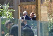 Еманюел Макрон, президент на Франция, говори с президента на САЩ Джо Байдън по време на срещата на върха на Г7 в Карбис Бей, Великобритания
