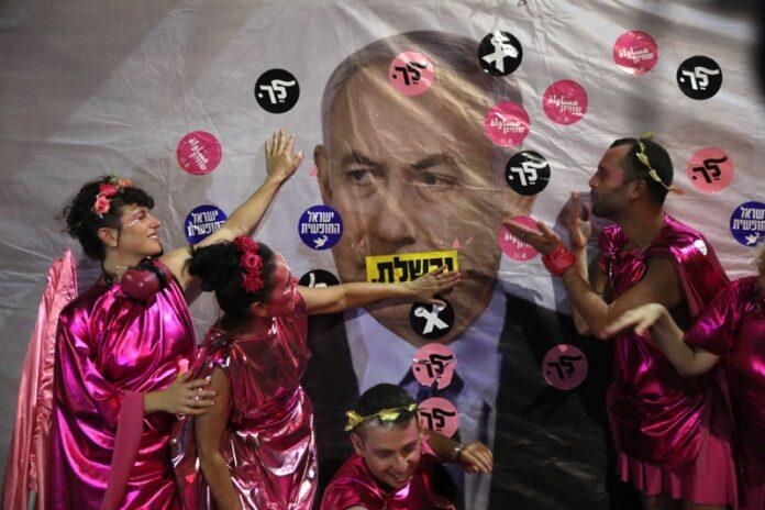 Протестиращи срещу Нетаняху в подкрепа на единството на новото правителство в Йерусалим, Израел, 12 юни 2021 г.