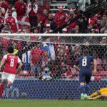 Вратарят Лукас Храдецки от Финландия спасява наказателния удар от Пиер-Емиле Хойбьерг от Дания по време на мача от група В на УЕФА ЕВРО 2020 между Дания и Финландия
