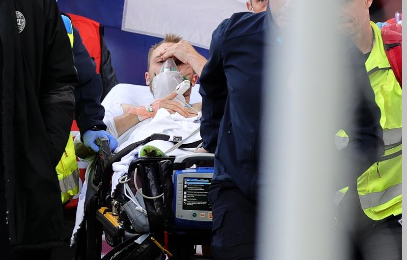 Кристиан Ериксен от Дания извън терена, след като получи медицинска помощ по време на предварителния кръг на футболния мач от група Б на ЕВРО 2020 на група Б между Дания и Финландия в Копенхаген, Дания, 12 юни 2021 г.
