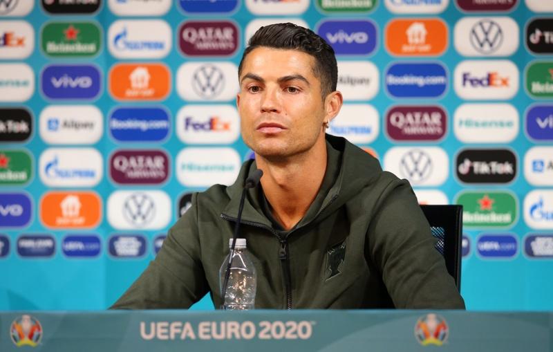 Кристиано Роналдо с бутилка вода по време на пресконференцията преди мача на УЕФА Евро 2020 от група F между Унгария и Португалия