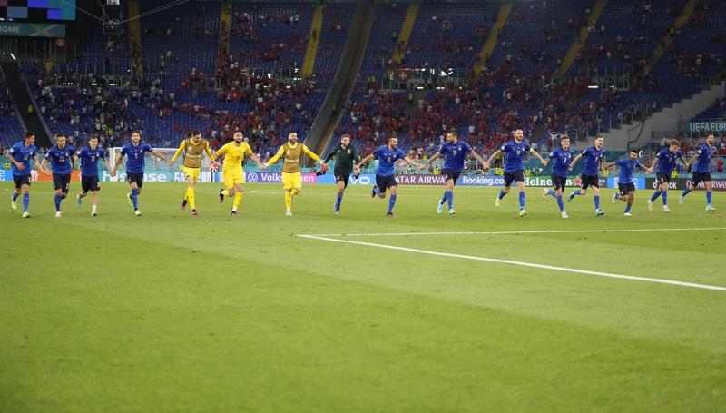 Играчите на Италия празнуват, след като спечелиха футболния мач от предварителния кръг на ЕВРО 2020 между Италия и Швейцария в Рим, Италия, 16 юни 2021 г.