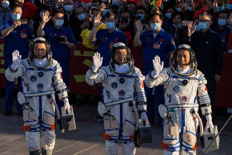 Китайските астронавти по време на церемонията преди излитането си в космоса