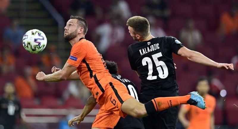 Стефан де Врий от Холандия в действие срещу Саша Калайджич от Австрия по време на футболния мач от предварителния кръг на групата С на ЕВРО ЕВРО 2020 между Холандия и Австрия в Амстердам, Холандия, 17 юни 2021 г.