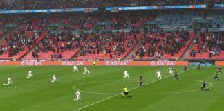 Английските играчи коленичат по време на предварителния кръг на футболния мач от група D на ЕВРО 2020 от Англия и Шотландия в Лондон, Великобритания, 18 юни 2021