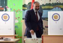 Арменският премиер Никол Пашинян гласува на избирателна секция в Ереван, Армения, 20 юни 2021 г.