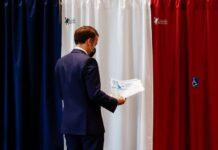 Френският президент Еманюел Макрон гласува в избирателна секция по време на първия тур на френските регионалните във Франция, 20 юни 2021 г.