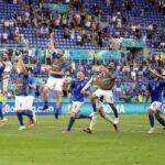 Играчите на Италия празнуват, след като спечелиха футболния мач между Италия и Уелс в Рим, Италия, 20 юни 2021 г.