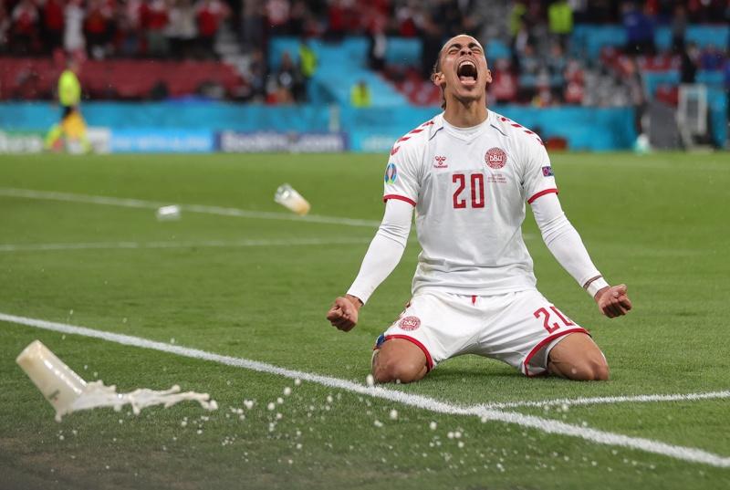 Датският Poulsen празнува, след като отбеляза аванс от 2: 0 по време на футболния мач между Русия и Дания в Копенхаген, Дания, 21 юни 2021 г.