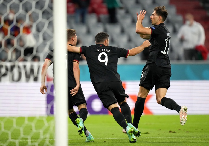 Леон Горецка от Германия празнува, след като отбеляза 2-2 по време на мача между Германия и Унгария в Мюнхен, Германия, 23 юни 2021г.