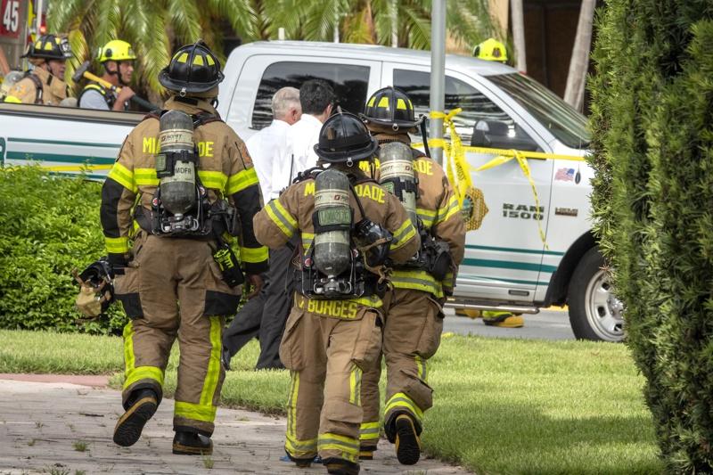 Спасителни екипи на Маями-Дейд се събират близо до 12-етажна сграда, която частично се срути в Surfside, Флорида, САЩ, 24 юни 2021 г.