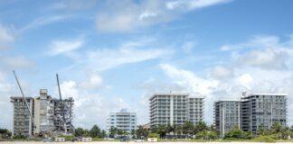 Изглед към частично срутената 12-етажна кооперация в Сърфсайд, Флорида, САЩ, 27 юни 2021 г.