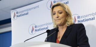 Президентът на крайнодясната партия национален фронт Марин льо Пен прави изявление в централата на партията в Нантер близо до Париж, Франция, 27 юни 2021 г.