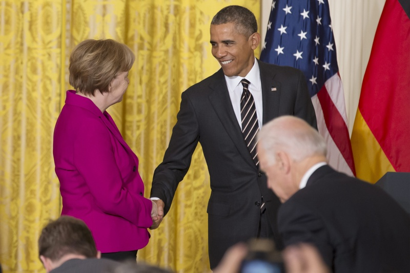 Президентът на САЩ Барак Обама се ръкува с канцлера на Германия Ангела Меркел по време на съвместната им пресконференция в Белия дом, Вашингтон, окръг Колумбия, САЩ, 09 февруари 2015г.