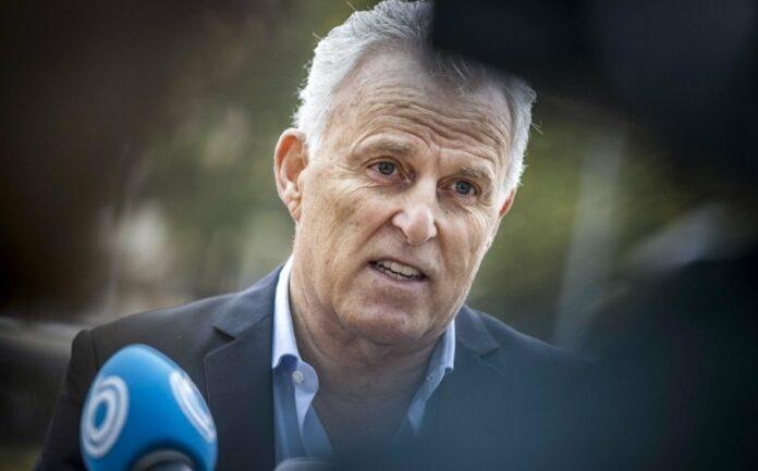 Нидерландският криминален репортер Петер де Врийс по време на разговор с пресата