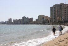 Хора се разхождат по плаж в изоставената част Вароша във Фамагуста, Кипър