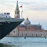 Круизният кораб `Queen Victoria`, минава пред площад Сан Марко, във Венеция, Италия.