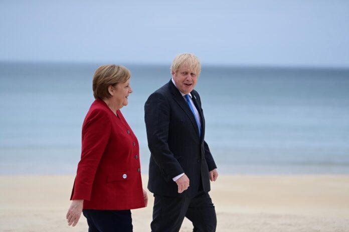 Германският канцлер Ангела Меркел и британският премиер Борис Джонсън по време на срещата на върха на Г7 в залива Карбис, Великобритания, 11 юни 2021 г.