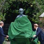Британският принц Уилям и брат му Хари разкриват статуята на майка им принцеса Даяна, в Потъналата градина в двореца Кенсингтън в Лондон, Великобритания, 01 юли 2021г.