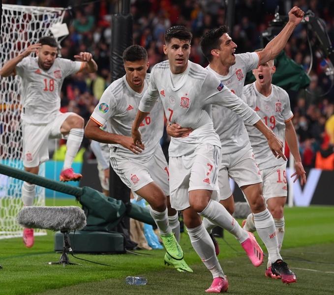Алваро Мората от Испания празнува отбелязването на изравнителния гол по време на полуфинала на ЕВРО 2020 между Италия и Испания в Лондон, Великобритания, 06 юли 2021г.