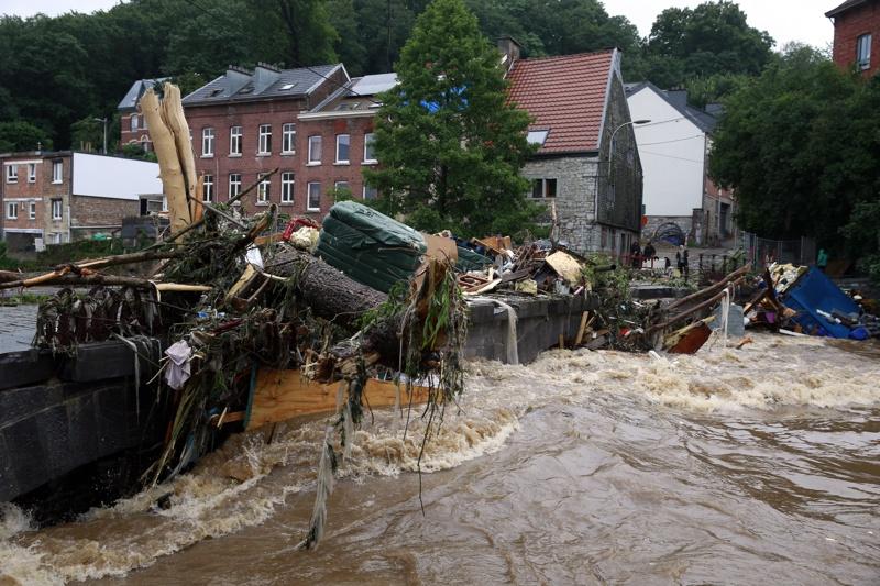 Отломки в наводнените води след проливни дъждове в Енсивал, Вервиер, Белгия, 15 юли 2021г.