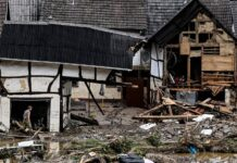 Жител инспектира щетите след наводнението в Шулд, Германия, 15 юли 2021г.