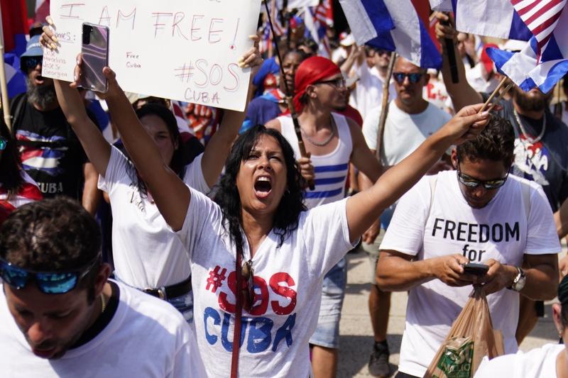 Кубинско-американски граждани участват в демонстрации в подкрепа на протестиращите в Куба пред кубинското посолство във Вашингтон